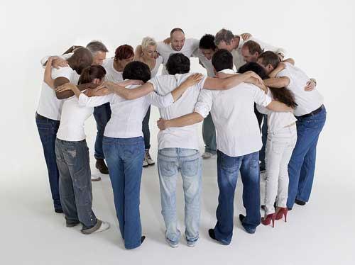 grup-de-oameni-care-se-consulta