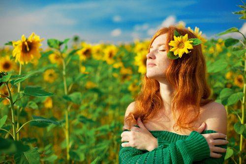 femeie-in-lan-de-floarea-soarelui