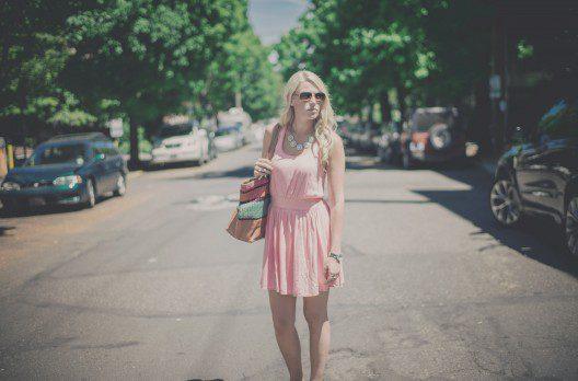 femeie blonda cu rochie roz