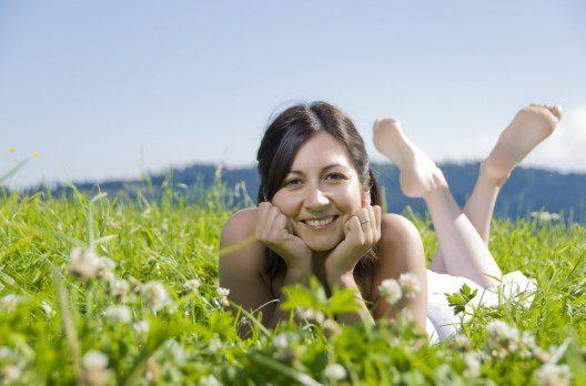 femeie pe iarba