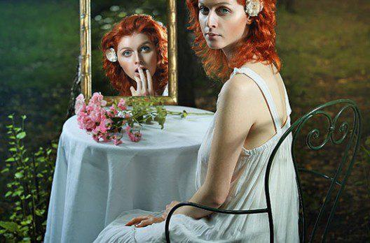 femeie si reflectia ei in oglinda