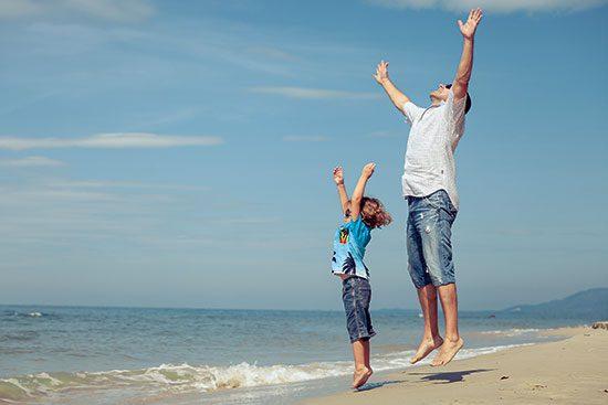 tata si fiu la plaja