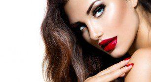 femeie cu buze rosii