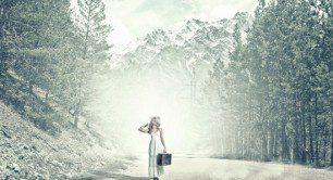 femeie cu valiza pe drum