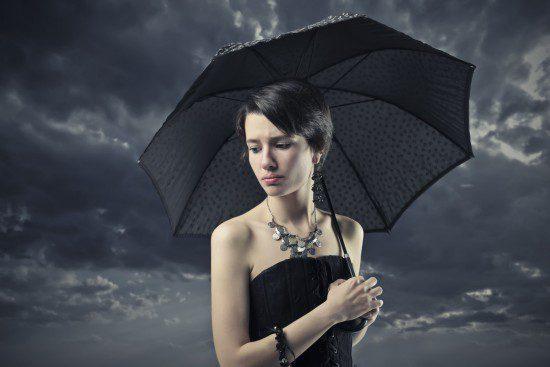 tanara trista cu umbrela