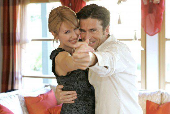 Junges Paar hat Spass beim Tanzen Zuhause, young couple dancing at home