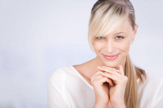 femeie blonda in alb