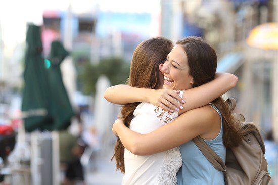 Imbratisarea la femei semn al unei prietenii adevarate