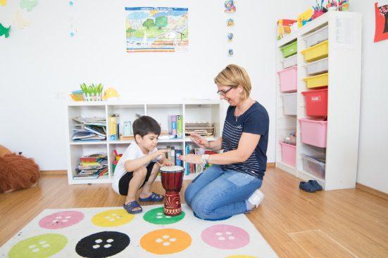 copil cu autism care practica abordarea blue la aita