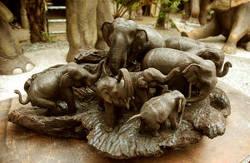 Phet Wiriya, sculptura in lemn - elefanti